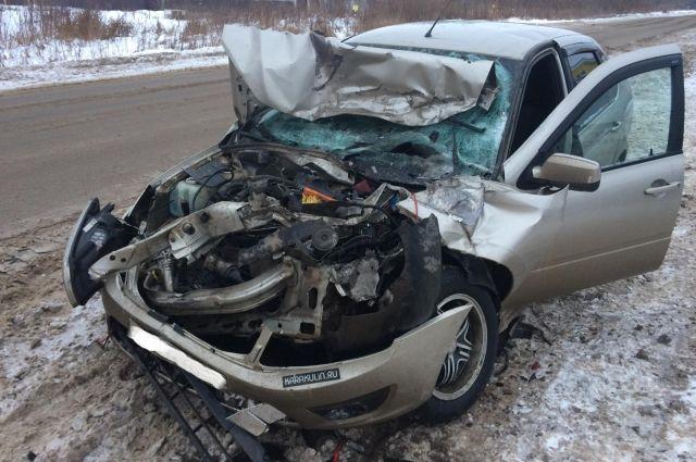 В результате ДТП водитель легкового автомобиля и его 18-летняя пассажирка получили травмы.