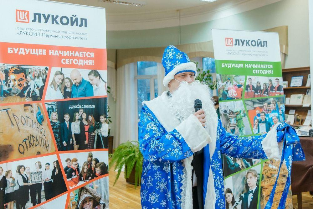В конце церемонии награждения ребят поздравил с наступающим Новым годом Дед Мороз.