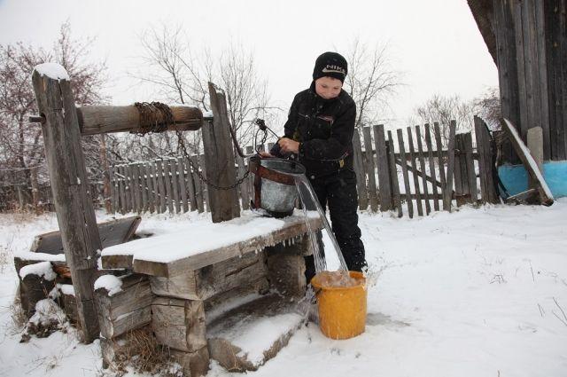После школы четвероклассник Алексей должен натаскать воды в дом.
