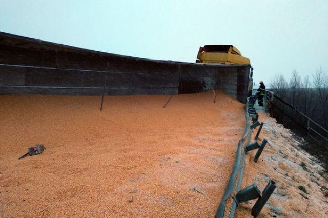 ДТП в Черкасской области: перевернулся грузовик из 40 тоннами зерна