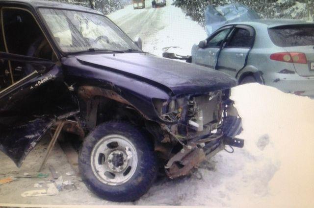 В ДТП пострадал водитель автомобиля Chevrolet - его отвезли в больницу, а также 56-летняя пассажирка автомобиля Tanye. Ей назначили амбулаторное лечение. По факту аварии проводится проверка