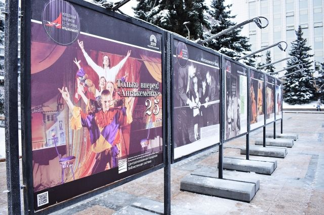«Живите театром!»: в Тюмени открылась новая уличная выставка