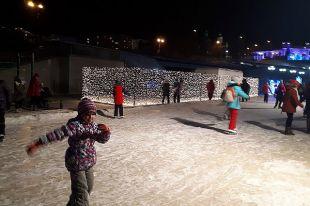 Дети катаются на коньках.