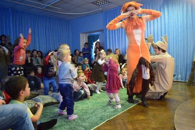 Интерактивный спектакль очень интересен малышам.