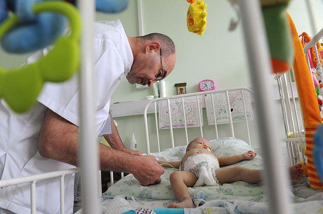 Сергей Готье во время осмотра пациента.