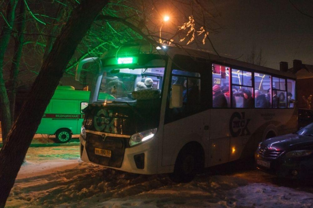 Автобус для обогрева жильцов предоставлен администрацией города Омска