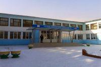 На территории школ красноярцы жарят шашлыки и выгуливают собак.