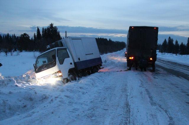 Вытаскивать из сугроба машину, отогревать водителя - обычное дело зимой для экстренных служб области.