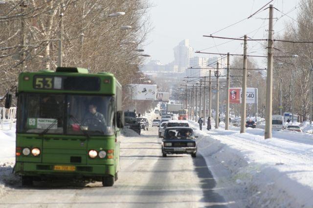 Сейчас проезд в автобусах стоит 28 рублей.