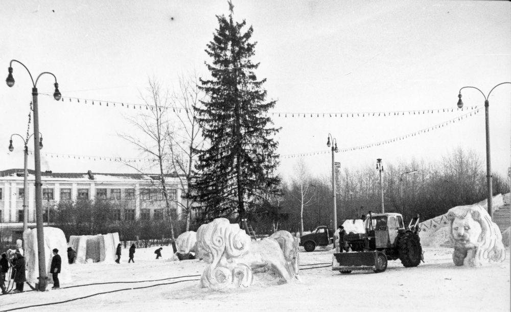 Новогодняя ёлка и ледяной городок у ДК им. Ленина, 1980 г.