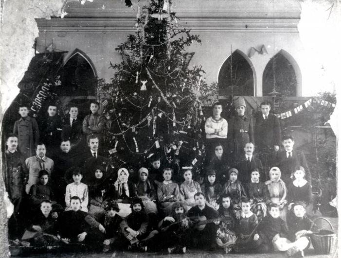Члены завкома завода Мотовилихи на ёлке в декабре 1917 г.