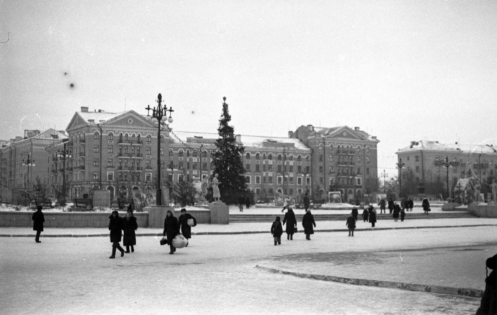Новогодняя ёлка на площади перед ДК им Сталина, декабрь 1955 г.