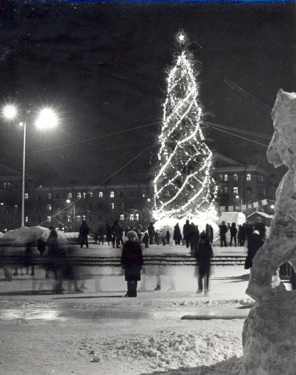 Главная ёлка Свердловского района у ДК им. Свердлова, 1985 г.
