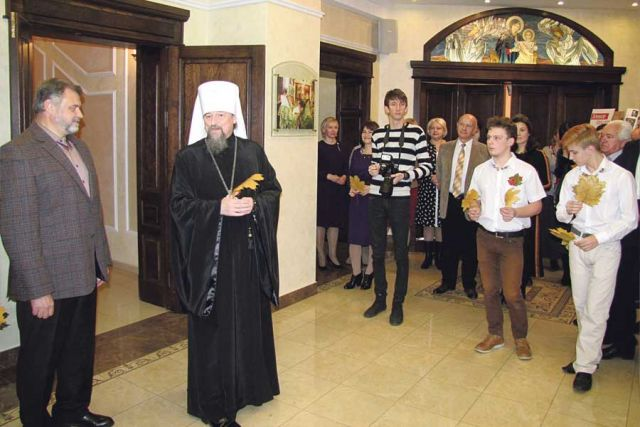 Владыка Иоанн встречает гостей митрополичьей гостиной.
