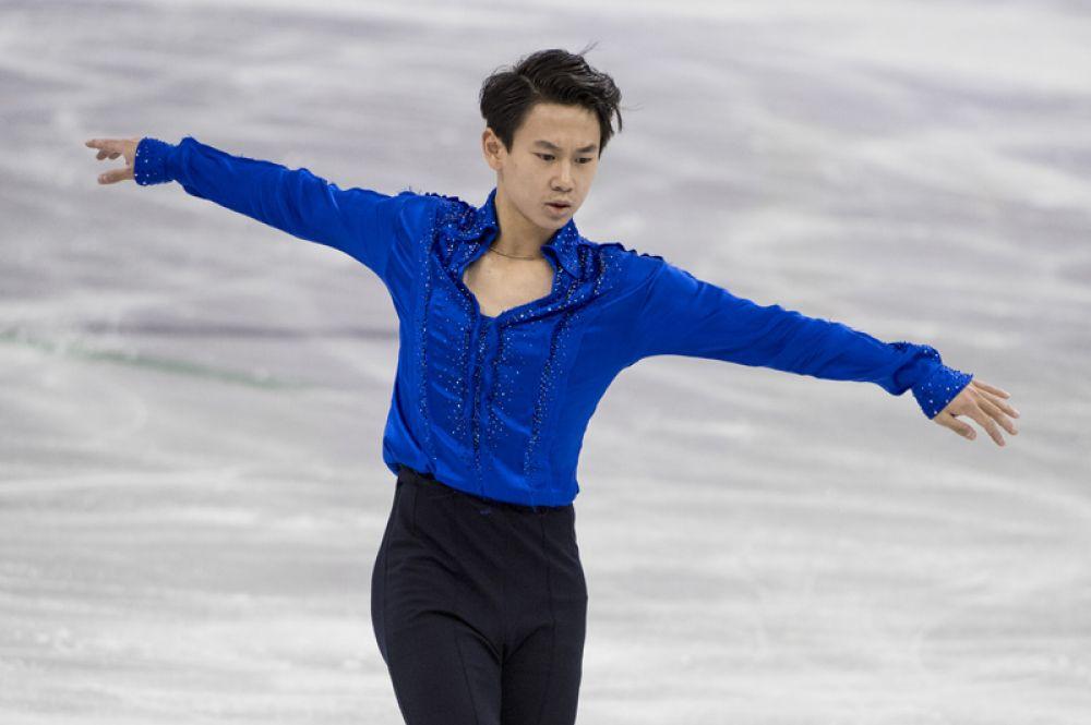 19 июля в Казахстане погиб Бронзовый призер сочинской Олимпиады, 25-летний фигурист Денис Тен. Причиной смерти спортсмена стало нападение грабителя с ножом, пытавшегося снять зеркала с машины фигуриста.