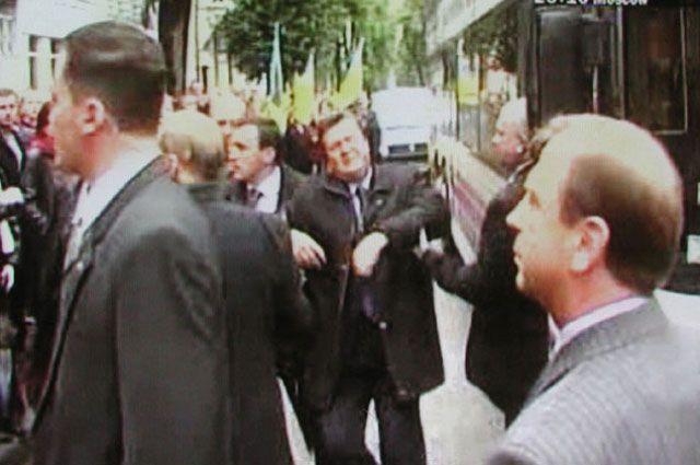 Момент попадания яйца в Виктора Януковича.