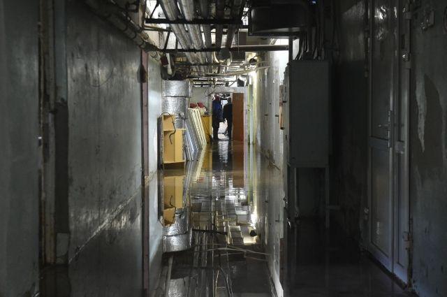Подвал затопило из-за утечки на водоводе.