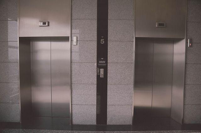 Женщина погибла, упав в шахту лифта