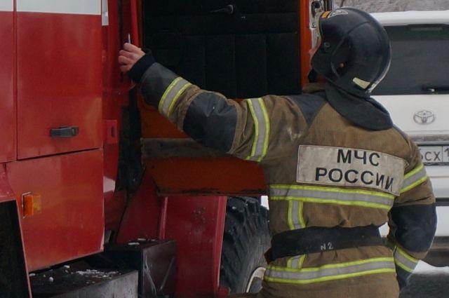 На месте пожара в Перми работают сотрудники МЧС.