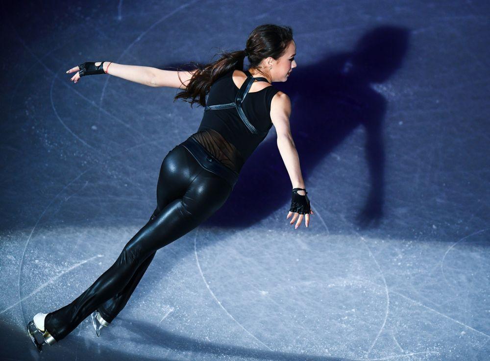 Алина Загитова (Россия) участвует в показательных выступлениях финала Гран-при по фигурному катанию в Ванкувере.