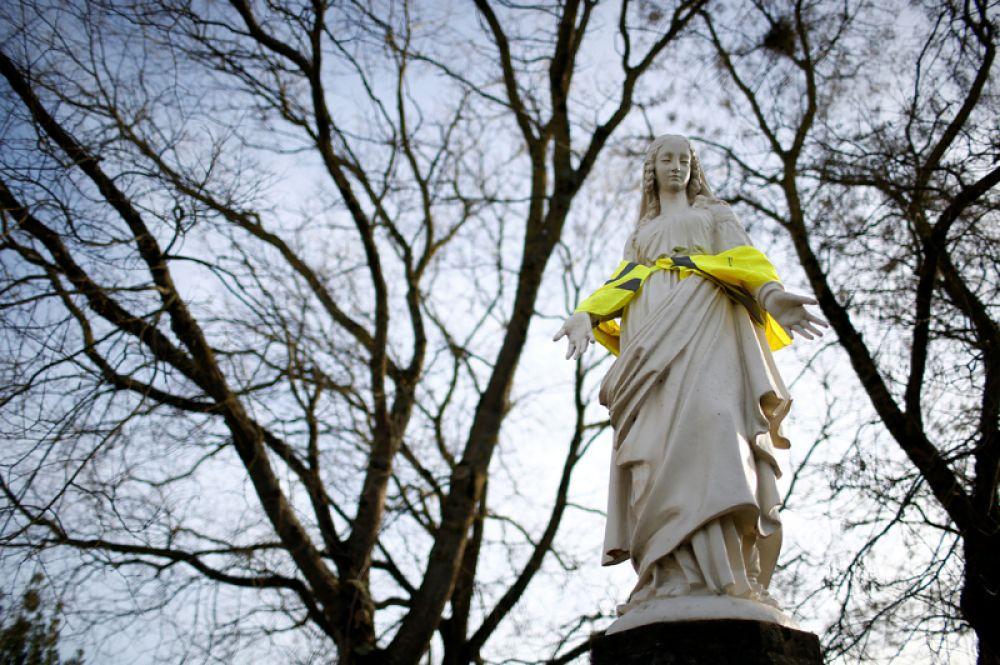 Статуя Девы Марии в желтом жилете на одной из улиц Нанта. Во Франции продолжаются протесты против повышения цен на бензин.