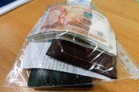 У задержанного изъяли крупную сумму денег и фальшивые документы.