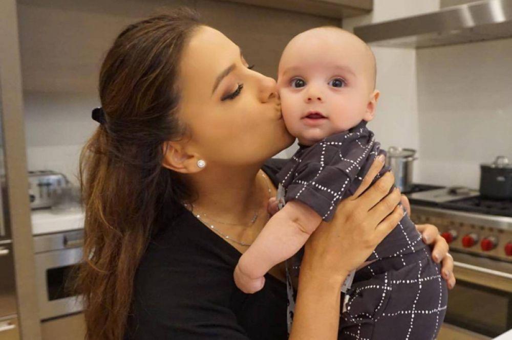 Звезда «Отчаянных домохозяек» Ева Лонгория родила мальчика Сантьяго. Для 43-летней актрисы это первый ребенок, в то время как у ее мужа, 50-летнего бизнесмена Хосе Антонио Бастона есть трое взрослых детей от предыдущего брака.