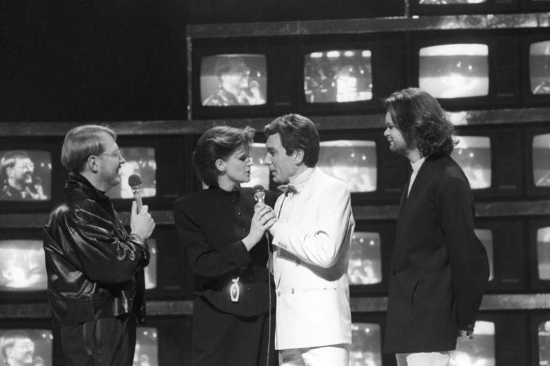 Ведущий советско-шведской телепередачи «Лестница Якоба в Москве» Якоб Далин (крайний слева), ведущий программы «Утренняя почта» Юрий Николаев (второй справа) и участники шведского дуэта «Джемени» Карин и Андерс Гленмарк. 1987 год.