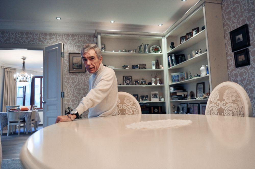 Телеведущий Юрий Николаев в своей квартире в Москве. 2012 год.