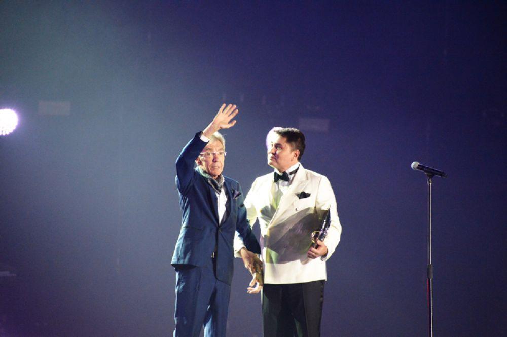 Юрий Николаев и генеральный директор канала Муз-ТВ Арман Давлетьяров на церемонии вручения премии в области эстрадной музыки в спорткомплексе «Олимпийский». 2018 год.