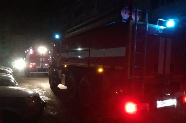 Пять пожарных расчетов пытаются погасить пламя.