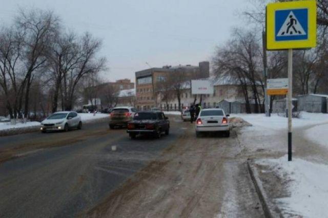 На пешеходном переходе в Оренбурге сбиты две школьницы.