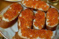 Икра - традиционное блюдо праздничного стола.