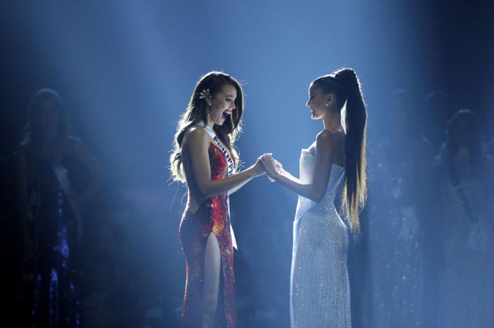 Мисс Филиппины Катриона Грэй и Мисс Южная Африка Тамарин Грин перед объявлением результатов.
