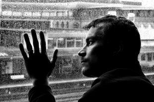 Депрессивными расстройствами мужчины страдают почти в два раза реже женщин.