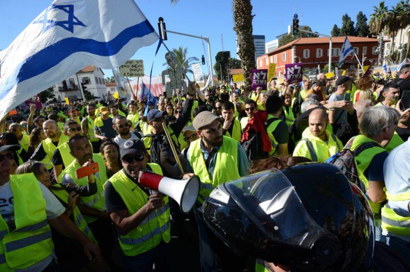 Сотни протестующих вышли в минувшие выходные на улицы Тель-Авива.