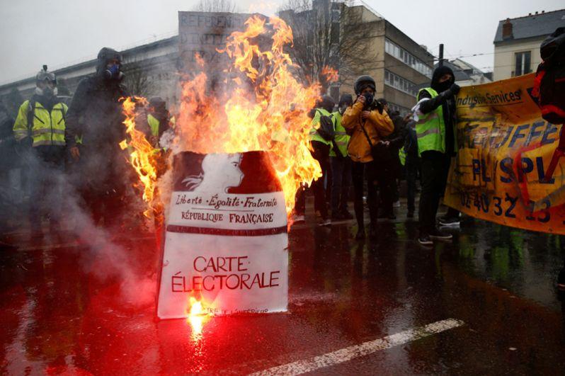 Протесты «желтых жилетов» во французском Нанте.