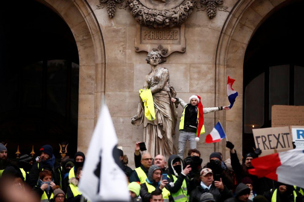 Во Франции демонстрации не прекратились и после введения властями моратория на рост цен на топливо.