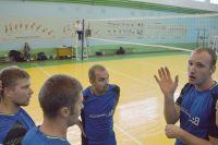 Роман (второй на фото справа) собрал вокруг не только друзей, но и команду профессионалов.