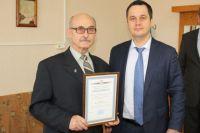 Василий Найденко (справа) получил благодарность министерства здравоохранения Нижегородской области за ремонт больничных палат.