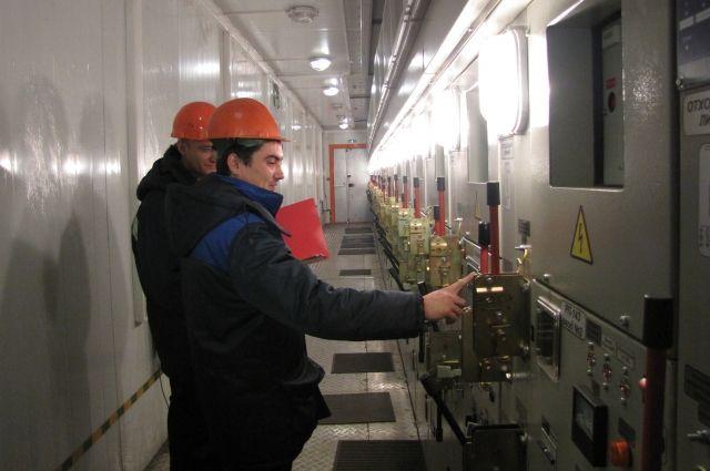 В службе работают 82 высококвалифицированных специалиста - главным образом, электромонтёры цеха распределительных сетей.