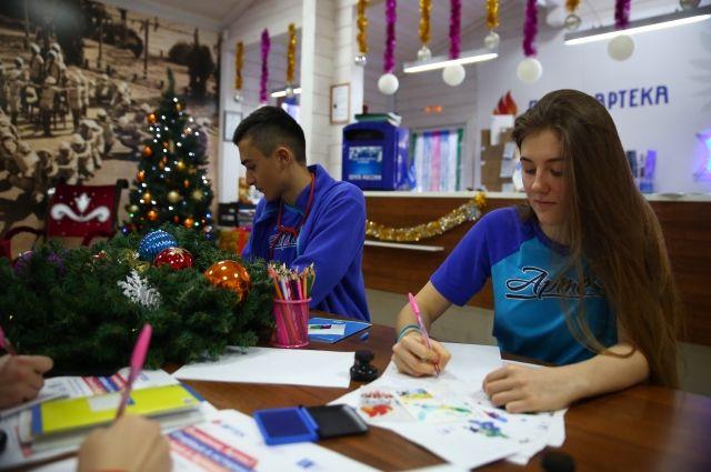 Победители конкурса помогут Деду Морозу в доставке писем.