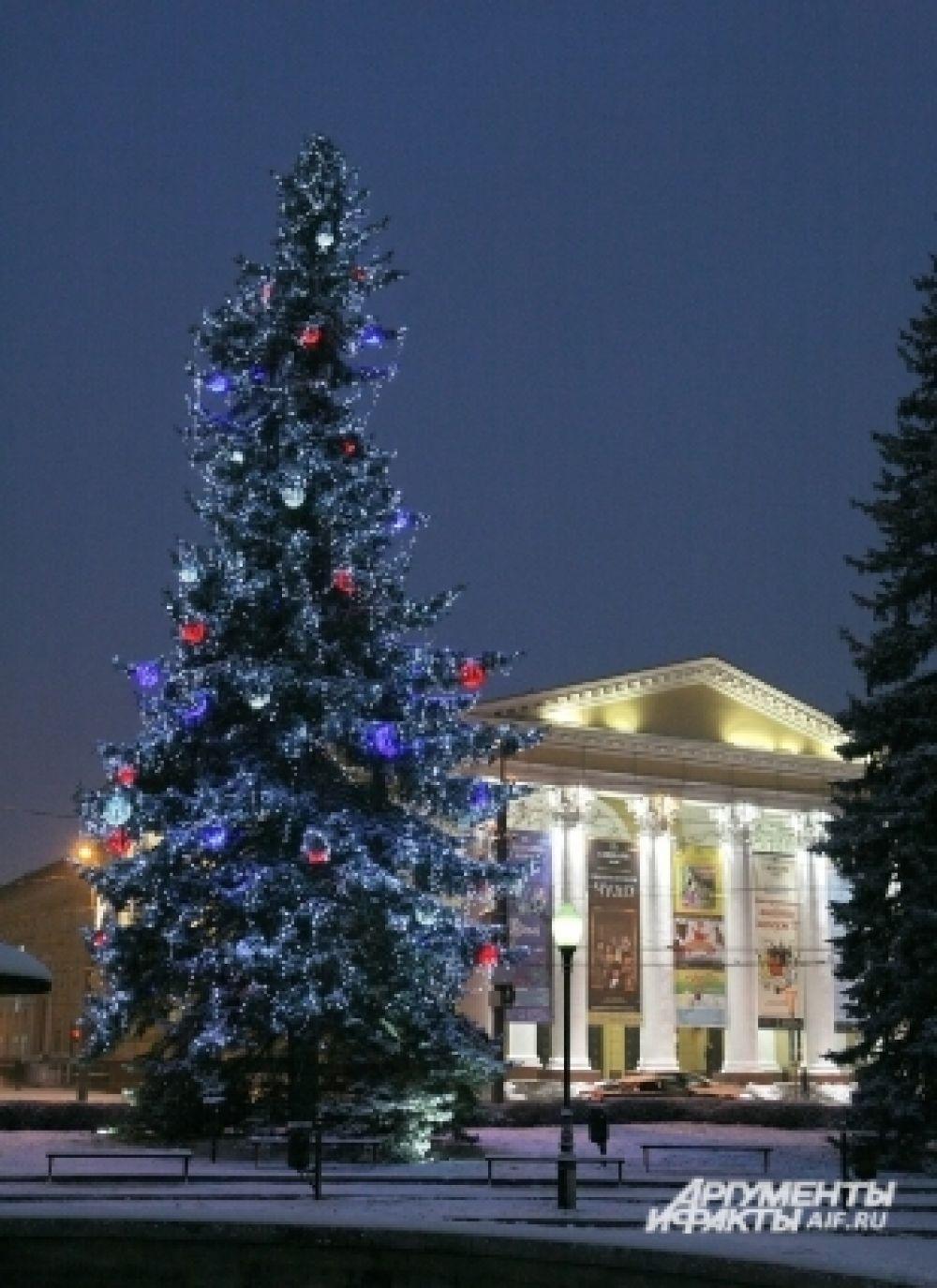 Традиционно украсили елки возле Драмтеатра.