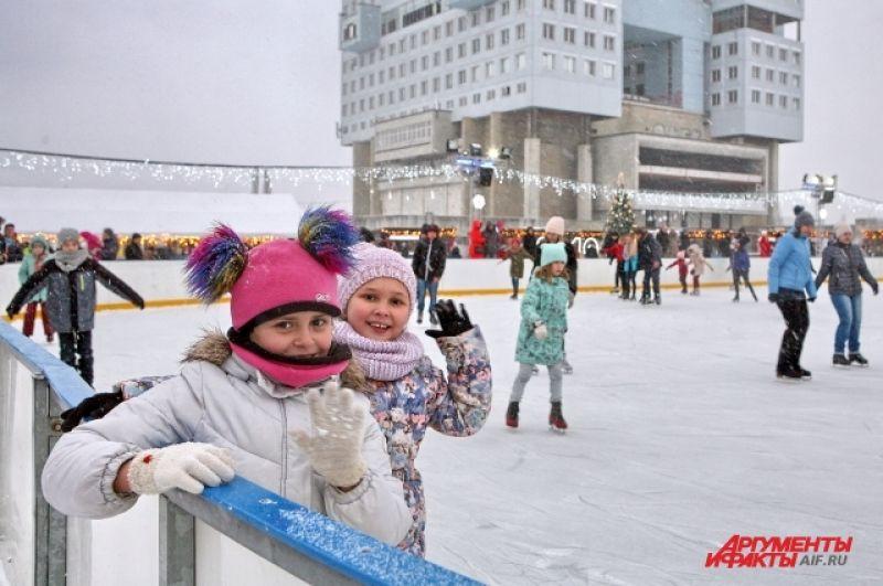 Ледовый каток возле Дома Советов - самый большой в городе.