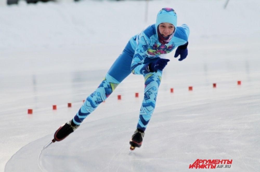Самый зрелищный вид программы – масс-старт, где большое количество конькобежцев преодолевало 10 кругов.