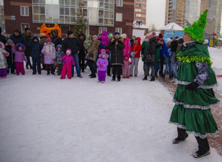 А затем всех участников торжества развлекали нарядные Ёлочки - ведущие праздника.
