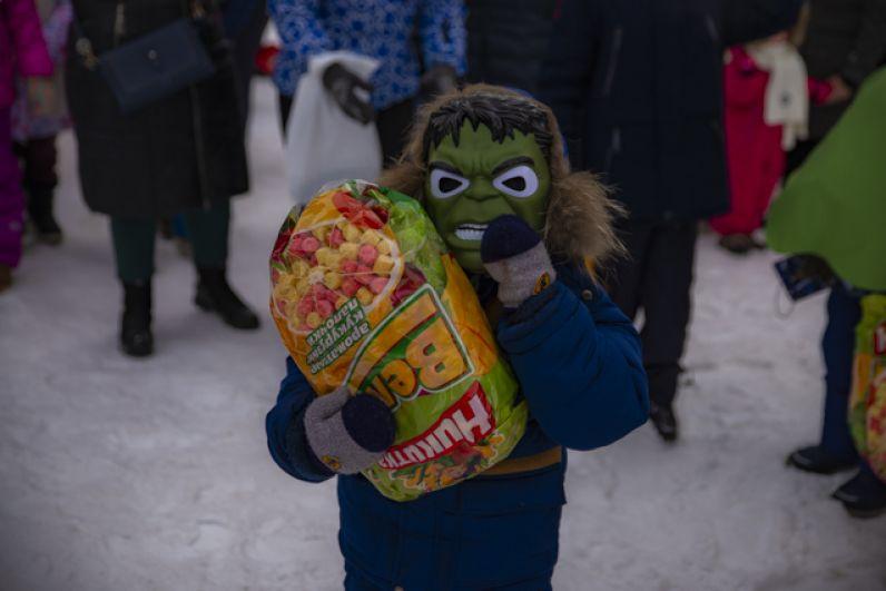 Дети с восторгом принимали подарки.