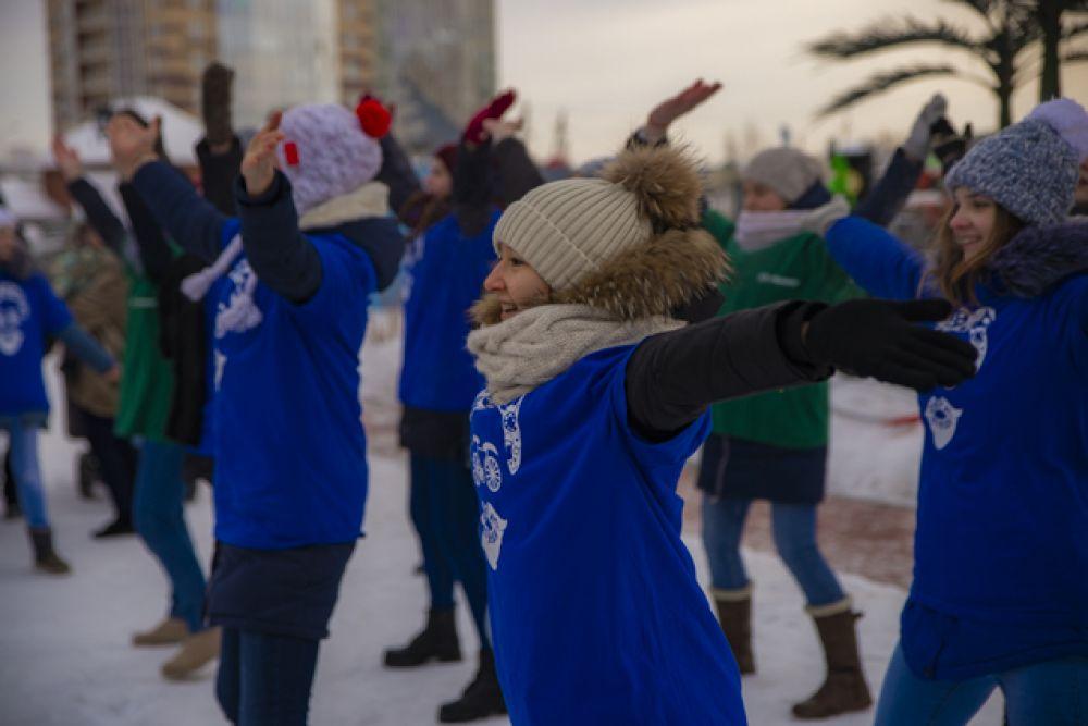 Открывали выступление девчата из коллектива «Фейерверк» из молодежного центра имени А. П. Чехова.
