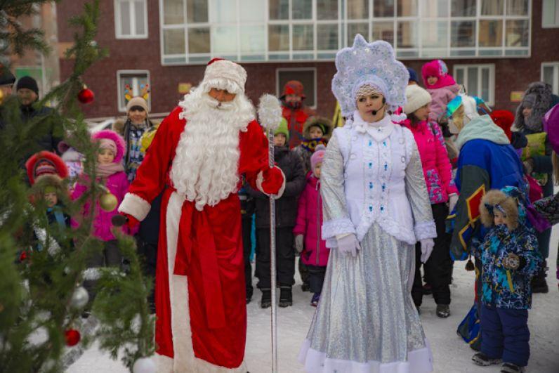 Вместе со Снегурочкой он приготовил для ребятни интересные эстафеты с подарками.