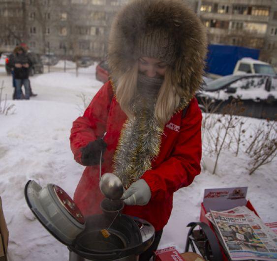Чтобы никто не замерз на морозе, организаторы праздника раздавали горячий чай.